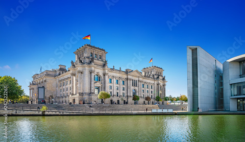 Tuinposter Centraal Europa panoramic view at the government district in berlin
