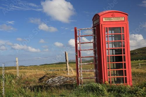 Fotografie, Obraz  verlassene Telefonzelle in der Landschaft