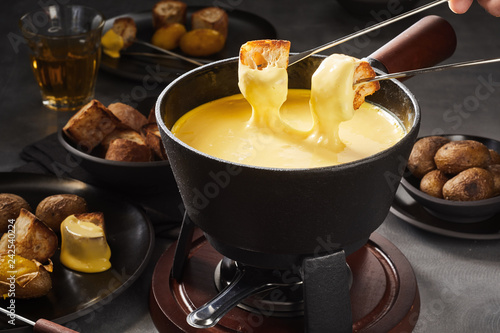Foto Delicious melted cheese fondue with dipping forks