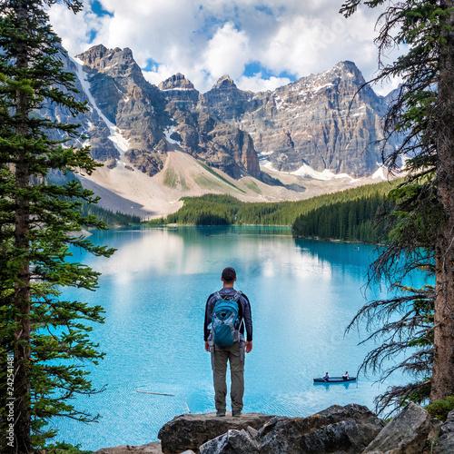 Photo Hiker at Moraine Lake in Banff National Park, Canadian Rockies, Alberta, Canada