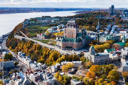 Fototapeta premium Widok z lotu ptaka miasta Quebec przedstawiający architektoniczny punkt orientacyjny Zamek Frontenac jesienią, Quebec, Kanada.