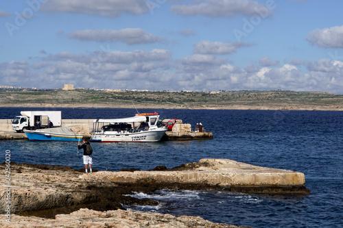 Fotografie, Obraz  kleine Personenfähre von Marfa nach Comino