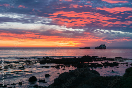 Fotografija Dramatic sunset on the Pacific Ocean coastline near San Simeon, California