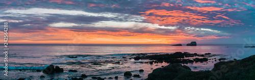 Fotomural Dramatic sunset on the Pacific Ocean coastline near San Simeon, California