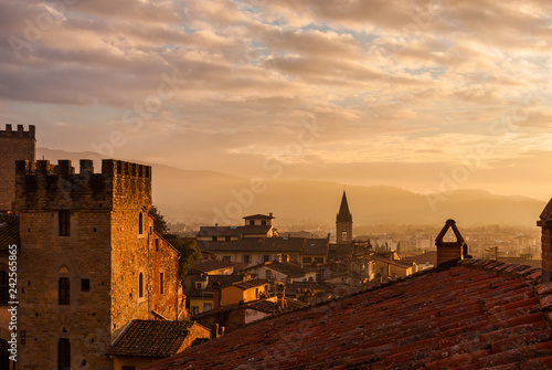 Photo View of Arezzo historic center sunset skyline with old medieval towers, churches