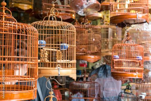 Foto op Aluminium Aziatische Plekken Bamboo birdcages on sale in Bird Garden, Hong Kong 香港のバードガーデン(雀鳥花園)で売られる竹製の鳥かご