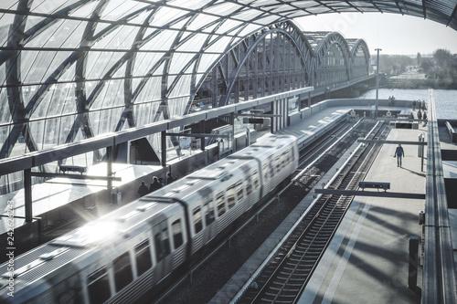 Staande foto Spoorlijn Bahn fährt in einen modernen Bahnhof ein