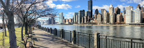 Fotografie, Obraz Panoramic view of Midtown Manhattan and East River from Roosevelt Island on a su