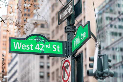 Tela 42nd street and 5th avenue street signs