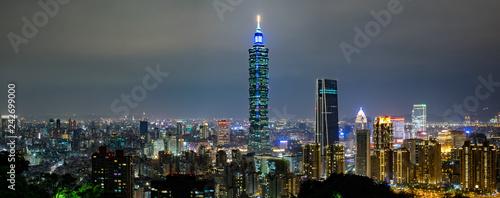 Fototapeta premium Panoramiczny panoramę miasta Tajpej w nocy w Tajpej na Tajwanie.