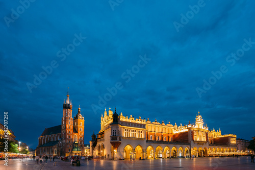 Fototapeta Krakow, Poland. Evening Night View Of St. Mary's Basilica And Cl obraz