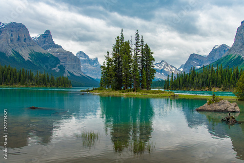 Spoed Foto op Canvas Canada Canada forest landscape of Spirit Island with big mountain in the background, Alberta, Canada.