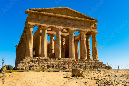 Photo The famous Temple of Concordia in the Valley of Temples near Agrigento, Sicily