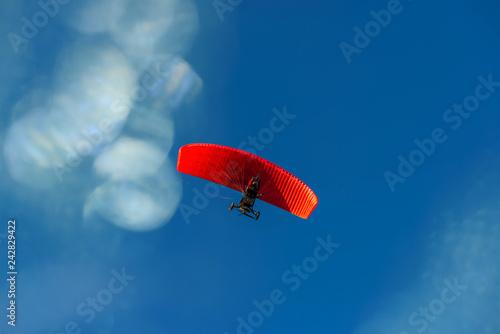 Engin volant dans un ciel bleu
