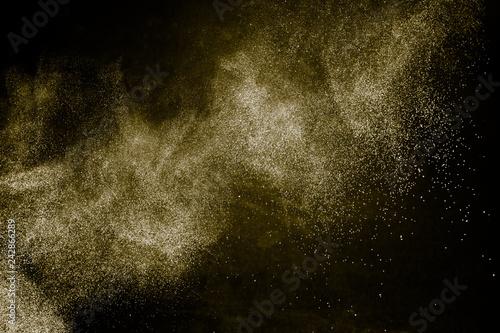 efekt rozprowadzania koloru złotego proszku dla wizażystki lub grafiki na czarnym tle