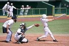 高校野球の試でヒットを打つバッター
