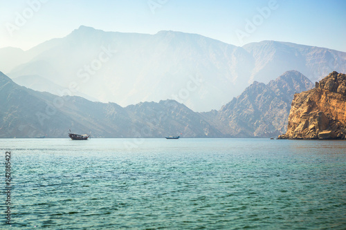 Photo  Charming view of the mountains and the sea in the haze near the Musandam