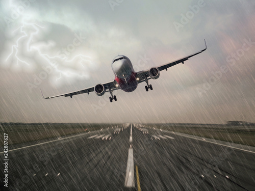 Fotografía  Lightning strike on an airplane in bad weather raining thunderstorm during  landing at the airport runway