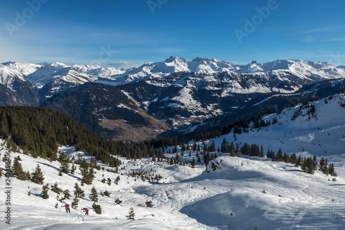 Randonnée raquettes , Paysage du massif du Beaufortain en Hiver , Savoie , alpes , France