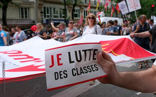 Photo Autocollant lutte des classes et banderolle dans manifestation parisienne