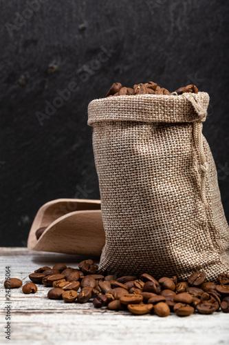 Aluminium Prints Coffee beans Sacchetto con chicchi di caffè