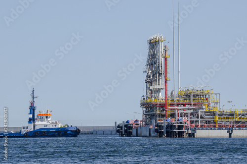 Spoed Foto op Canvas Poort LNG TERMINAL - Tugboat at the construction of the wharf in Swinoujscie for the gas tanker