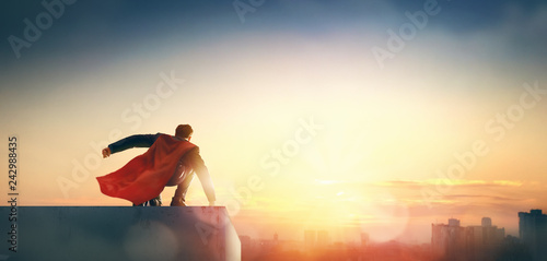 Fotomagnes superhero businessman looking at city