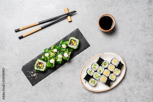 Foto  sushi set with soy sauce and chopsticks