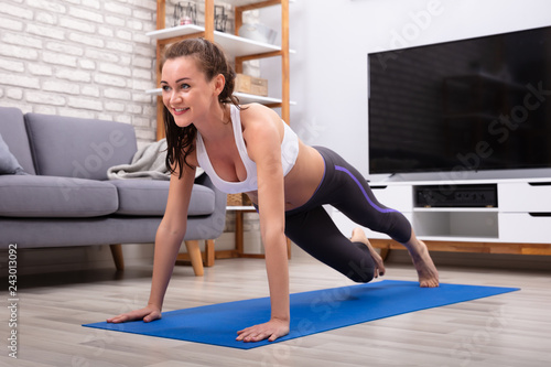 Fotografía  Woman Doing Push Up Exercise