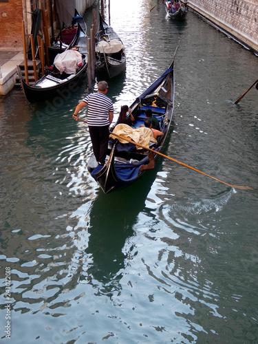 Foto op Aluminium Gondolas Uno de los canales de la ciudad italiana de Venecia.