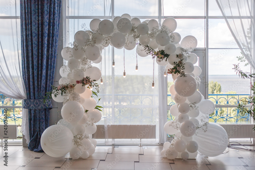 Fototapety, obrazy: an arch of white balloons .