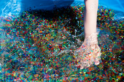 Fotografía  multicolored water beads in child's hands
