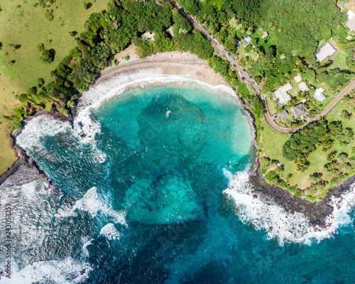 Photo  Stunning aerial view of Hamoa Beach,  a remote beach located near the little town of Hana on the east side of the island of Maui, Hawaii