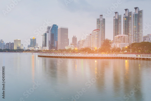 Keuken foto achterwand Stad gebouw Bangkok city office building over water lake, cityscape background