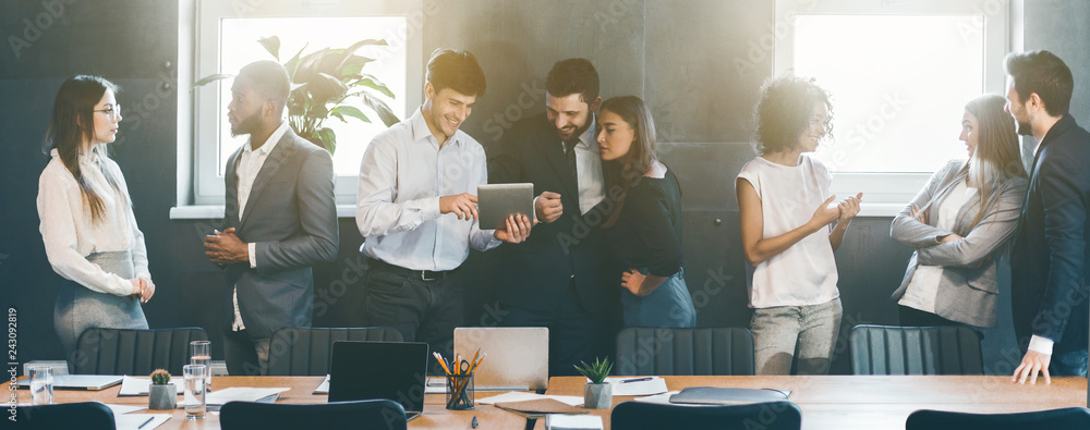 Fototapety, obrazy: Business people discussing strategies during break in office