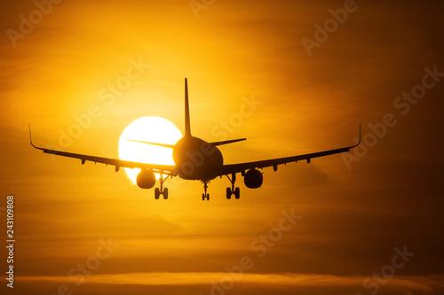 Zdjęcie XXL Sylwetka lotniczy nad słońcem z pięknymi czerwonymi chmurami w tle