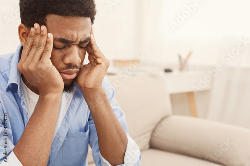 Papel de parede African-american man suffering from headache at home