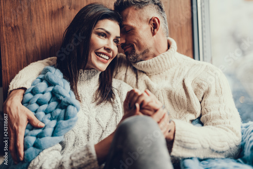 Fotografia  Attractive woman spending time with her husband in cafe