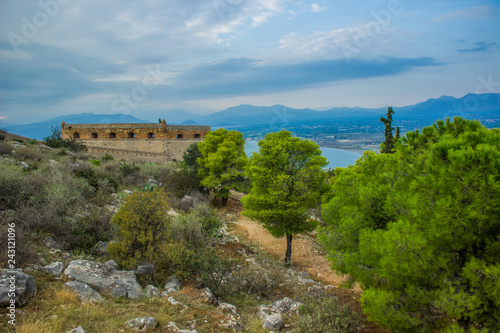 Fotografia  castle rock panoramic European landmark site place for tourism and sightseeing