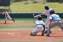 高校野球の試合でヒットを打つバッター