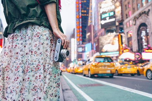 Foto op Plexiglas New York City Young girl with a retro camera in New York City