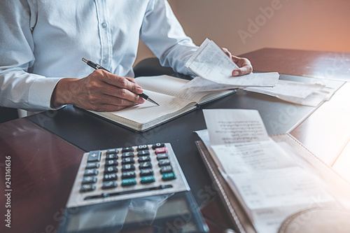 Photo Woman with bills and calculator