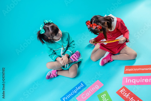 Fotografía  Two girls with down syndrome being interested in words on nameplates