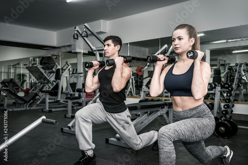 Photo Man and woman training in pair in gym