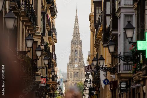Fototapeta premium HISZPANIA, SAN SEBASTIAN - 18 września 2018: Piękny widok z ulicy kościoła w okolicach miasta w jesienny dzień