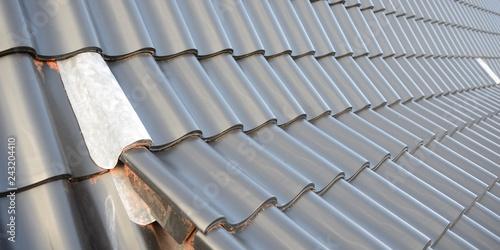 Leinwanddruck Bild - Sven Böttcher : premium banner für Dachdecker Detail in Deutschland. Hallendach mit  schwarzen Dachziegeln neu Dachdecken.