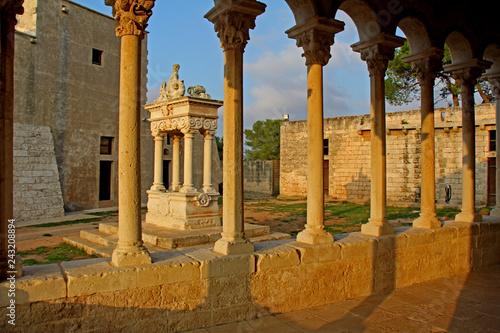 Fotografie, Obraz  loggia con colonnine e pozzo nel complesso abbaziale di Santa Maria di Cerrate (