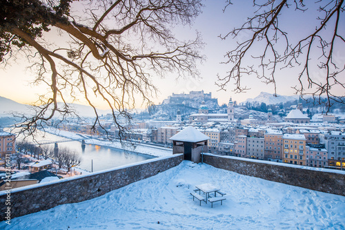 Poster Centraal Europa Historic city of Salzburg at sunrise in winter, Austria