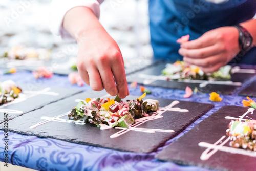 Photo  cuoco prepara catering