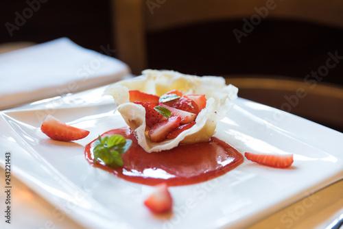 Fotografie, Obraz  dolce alle fragole su piatto